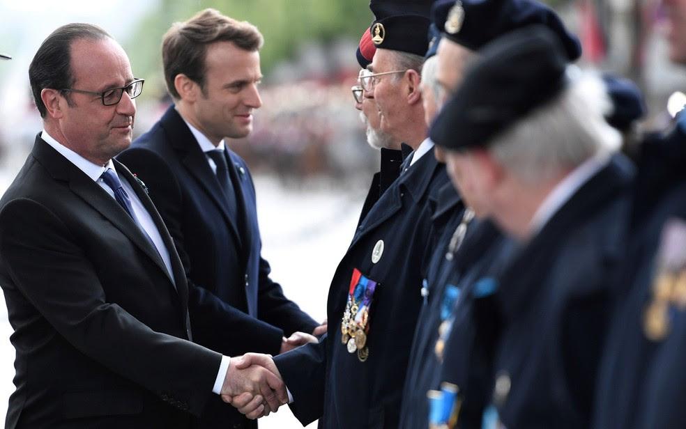 O presidente francês François Hollande e o presidente eleito Emmanuel Macron participam de cerimônia para celebrar o final da II Guerra Mundial no Túmulo do Soldado Desconhecido no Arco do Triunfo, em Paris, na segunda (8) (Foto: Reuters/Stephane De Sakutin/Pool)