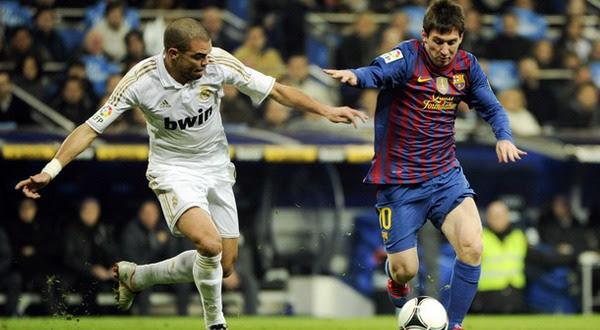 Pepe (Kiri) dengan Lionel Messi (Kanan). Foto: Daylife
