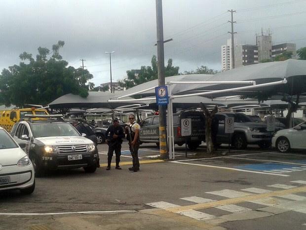 Homens da PM e da Polícia Civil foram até o local após o roubo (Foto: Divulgação/ PM)