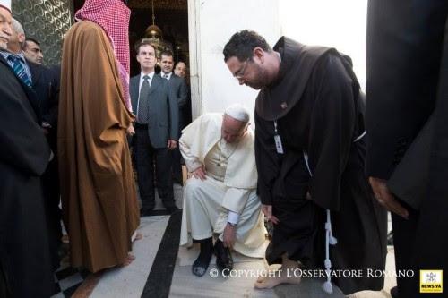 Πριν μπεί στο Τέμενος Αλ Ακσά βγάζει τα υποδήματά του