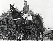 Un'immagine di Franciso Franco a cavallo.