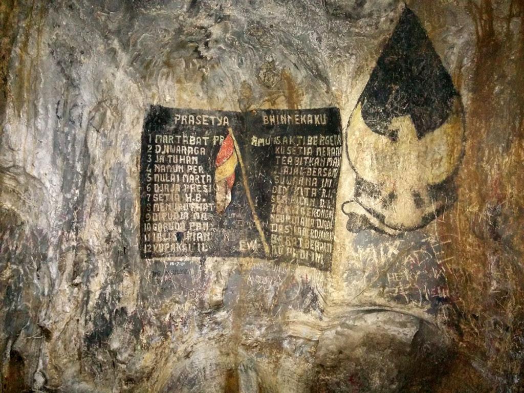 Prasasti yang terdapat di bagian dalam gua rancang kencono