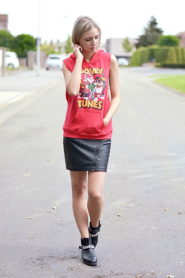 Outfit post by belgium fashion blogger turn it inside out, forever 21 F21 sleeveless hoodie, looney tunes, leather skirt bankfashion, leather cut out chain boots zara, givenchy inspired look a like boots, knock off, streetstyle, inspiration