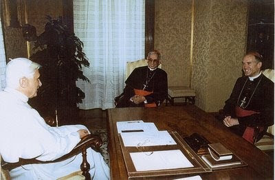 Fellay con il papa e il card. Castrillon Hoyos nell'incontro del 29 agosto 2005