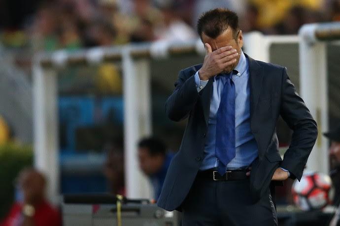 Dunga põe a mão no rosto no Brasil x Equador (Foto: Lucas Figueiredo / MoWA Press)