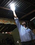 L'installazione della bottiglia-lampadina