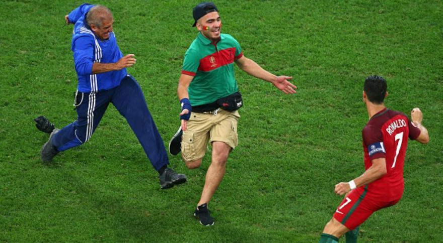 Εισβολέας στο ματς Πολωνία-Πορτογαλία έτρεξε να αγκαλιάσει τον Κριστιάνο! (video)