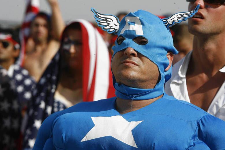 Os torcedores dos Estados Unidos têm se destacado pela simpatia e pela irreverência na praia de Copacabana, na zona sul do Rio. Alguns se fantasiam da cabeça aos pés para torcer pela seleção deles pelo telão