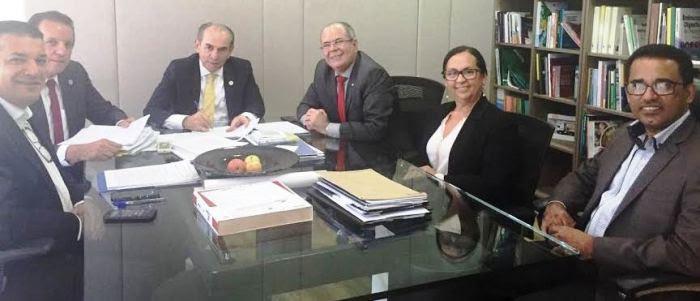 Hildo Rocha com o ministro da Saúde e representantes municipais