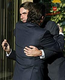José María Aznar abraza a uno de los hijos. | Efe