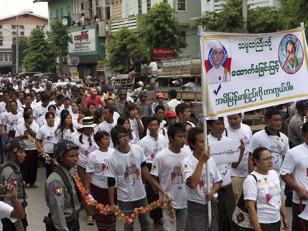 Durante protesto em Mianmar organizado por monges budistas contra presença de muçulmanos no país, manifestantes seguram cartaz de aprovação ao presidente do país (Foto: Khin Maung Win/AP)