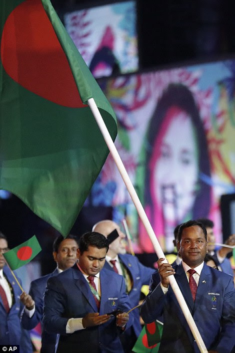 Mohammad Rahman carrega a bandeira de Bangladesh durante a cerimônia de abertura dos Jogos Olímpicos de 2016 no Rio de Janeiro, Brasil