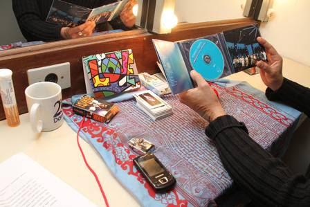 Alexandre escuta o CD de Roberto Carlos