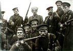 Participantes en asalto al Palacio de Invierno de San Petesburgo.  Ampliar imagen