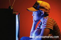 niño frente a televisión www.pedroamoros.com