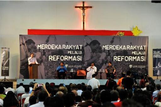 Anwar impresses congregation during visit to Holy Family church in Kajang