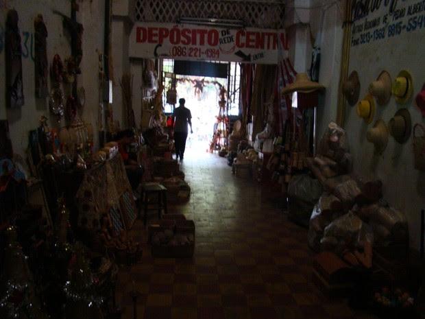 Escuridão 'assusta' visitantes no Mercado Central de Teresina que teve a energia cortada (Foto: Gil Oliveira/ G1)