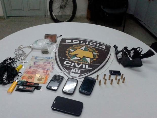 Material apreendido com os suspeitos foi levado para a Delegacia de Macaíba (Foto: Divulgação/Polícia Civil do RN)