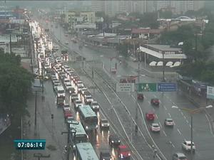 Avenida Washington Soares ficou com trânsito congestinado (Foto: Reprodução/TV Verdes Mares)