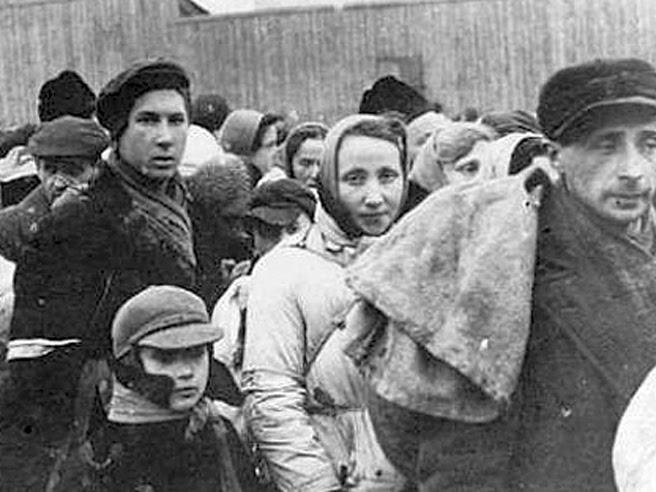 Ebrei deportati nel 1943 (foto Archivio Corriere della Sera)