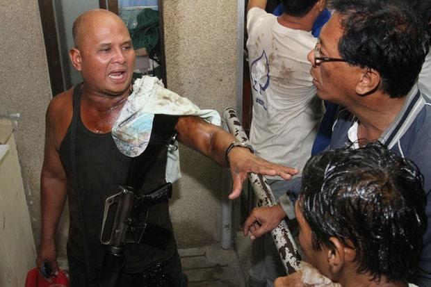 Militar filipino exploca como sobreviveu ao naufrágio nesta sexta-feira (16) (Foto: AP)