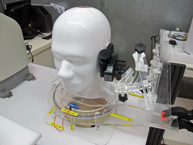 Simulação de teste de radiação feito com aparelho celular no LIT (Foto: Eduardo Carvalho/G1)