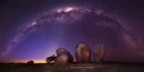 A henge beneath the stars por Dylan Toh