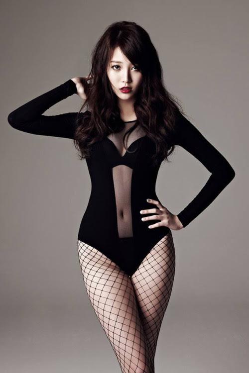 Trên tạp chí, Yura cũng trở thành gương mặt ăn khách nhờ đôi chân nuột nà.