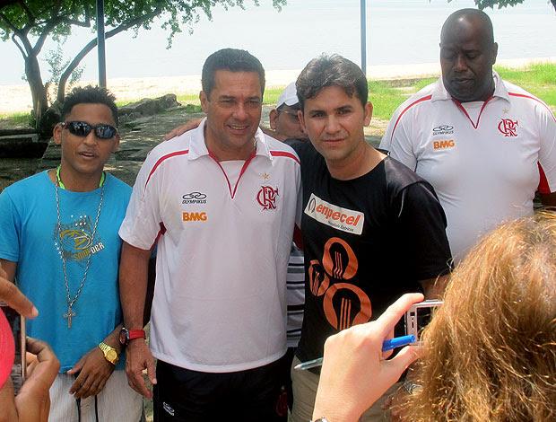 Vanderlei Luxemburgo com fãs Praia de Iracema, em Fortalez (Foto: Janir Junior / GLOBOESPORTE.COM)