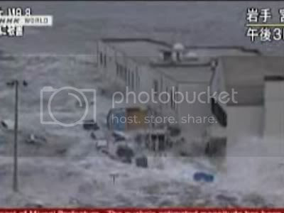 photo japan-tsunami-picture-wave-hitting-insane.jpg