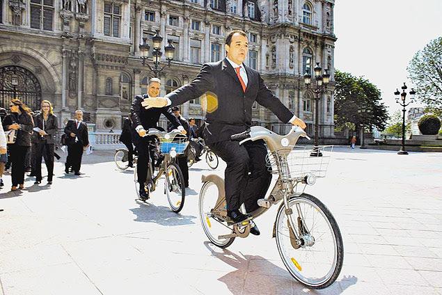 O governador do estado do Rio de Janeiro, Sérgio Cabral, anda em bicicleta do projeto de transporte público parisiense Velib em frente à prefeitura de Paris (França). (Foto: Carlos Magno/Ccs) *** DIREITOS RESERVADOS. NÃO PUBLICAR SEM AUTORIZAÇÃO DO DETENTOR DOS DIREITOS AUTORAIS E DE IMAGEM***