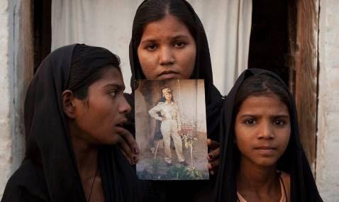 Las hijas de Asia Bibi con una fotografía de su madre