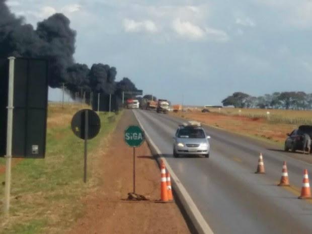 Trecho da rodovia foi bloqueado após acidente entre caminhões (Foto: Claudemir de Oliveira/Mutum Notícias)