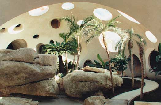Сад в доме Пьера Кардена. Фото / Pierre Cardin's Bubble House. Photo