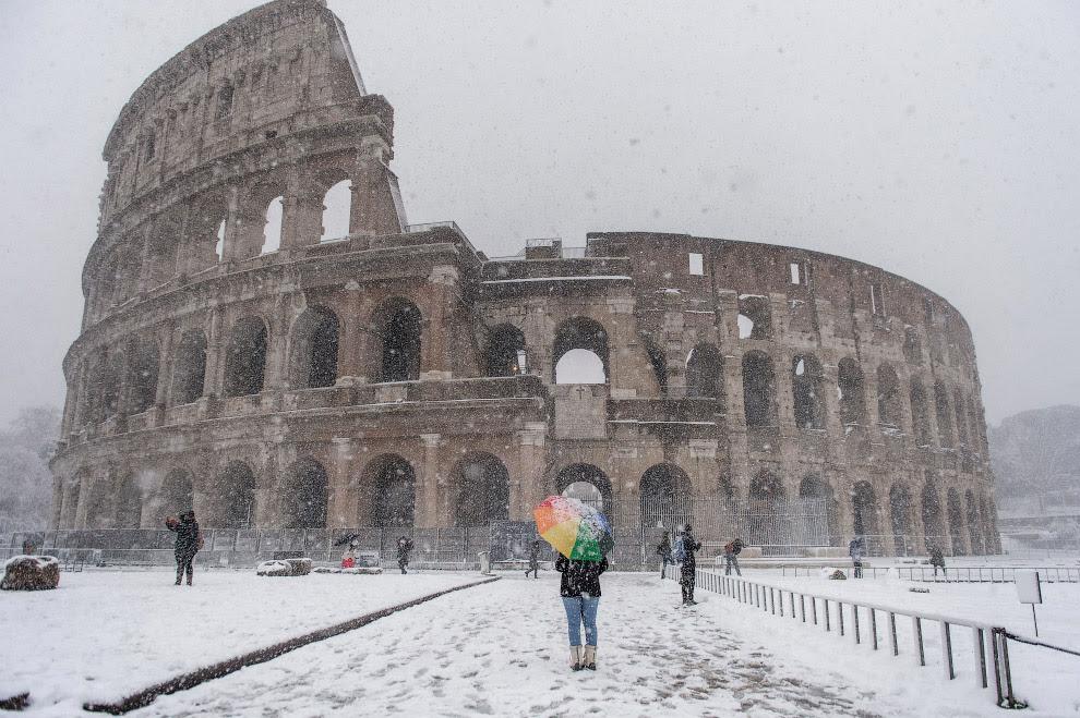 Снегопад у Колизея в Риме