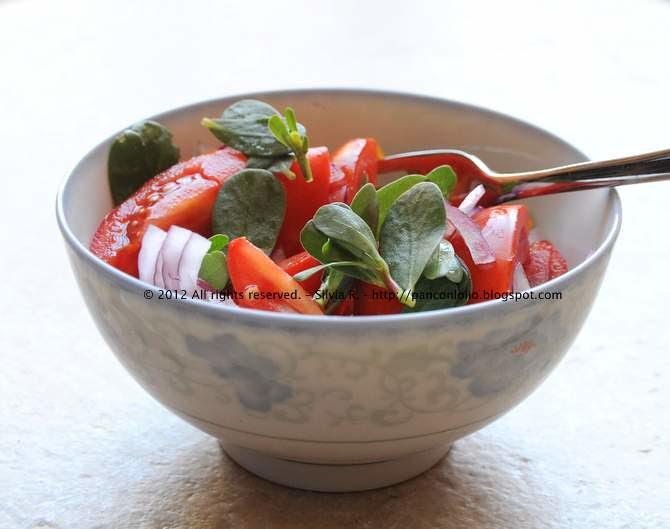 insalata di pomodori e portulaca oleracea