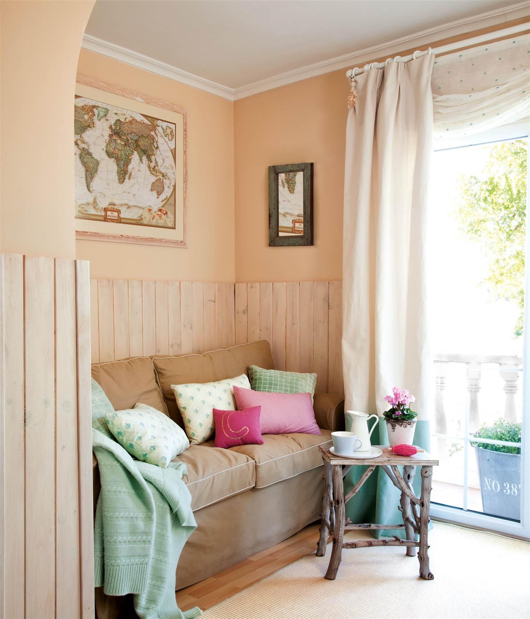 00329162. Habitación juvenil con un sofá, arrimadero de madera y un cuadro con un mapa_00329162