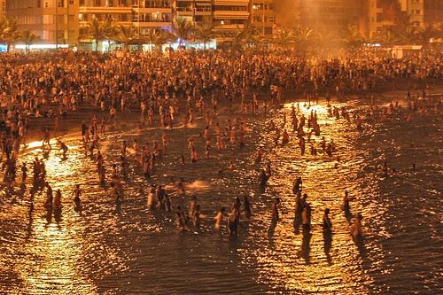 Noche de San Juan en la playa de Las Canteras de Las Palmas de Gran Canaria