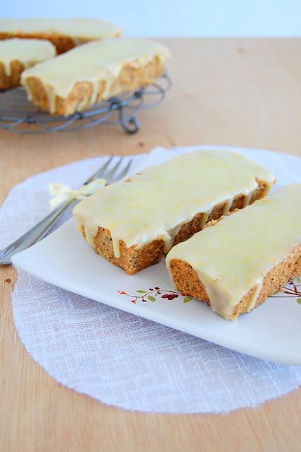 Honey poppy seed cakes with orange icing / Bolinhos de mel com sementes de papoula e cobertura de laranja