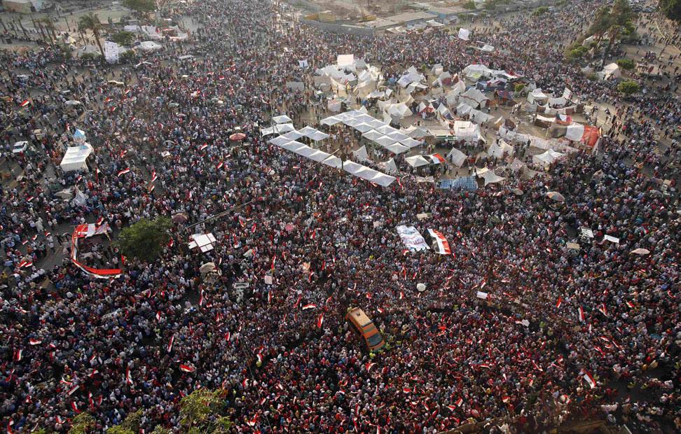 Manifestantes contra el presidente egipcio Mohamed Mursi en la plaza Tahrir de El Cairo. Las fuerzas armadas egipcias han dado un ultimátum de 48 horas al presidente islamista para acordar una hoja de ruta para el fututo del país. REUTERS/Suhaib Salem