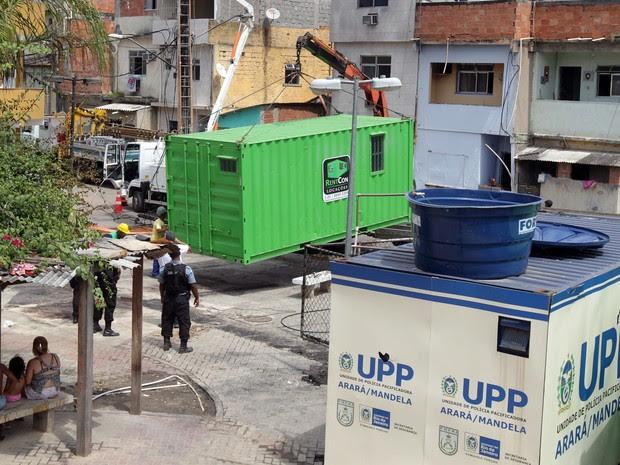 Novo container da UPP é instalado em Manguinhos (Foto: Marcos de Paula / Estadão Conteúdo)