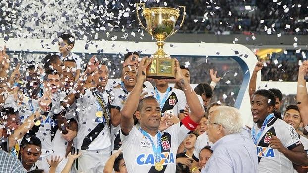 Rodrigo levanta a taça: o Vasco é campeão carioca de 2016