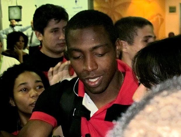 Renato Abreu no desembarque do Flamengo na Bahia (Foto: Richard Souza / Globoesporte.com)