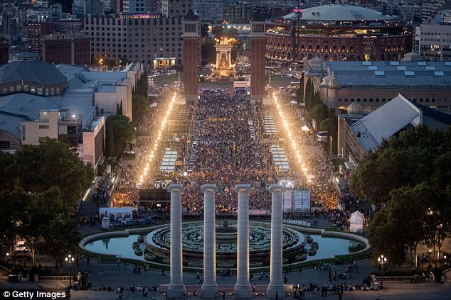 Thousands of people gather at the final pro-independence rally at Plaza Espana tonight ahead of Sunday's referendum vote  in Barcelona