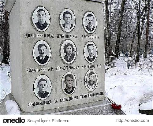 31-) Dyatlov Geçidine Dağcılar Anısına Dikilen Anıt Mezar Taşı