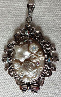 http://fantasyjewellery1.blogspot.it/2014/04/pendente-vintage-bouquet.html