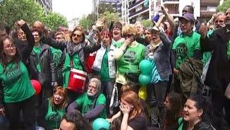 Membres de la PAH protesten davant la seu del PP a Barcelona