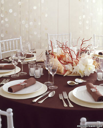 Mesa decorada con elementos marinos.