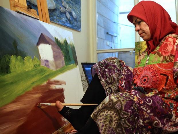 Zohreh Etezadossaltaneh já vendeu alguns dos quadros que pintou (Foto: Ebrahim Noroozi/AP)