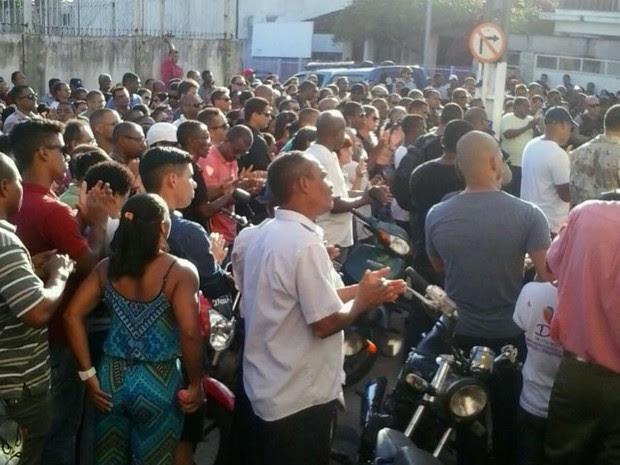 Ruas no Centro de Valença, próxima ao colégio João Leonardo da Silva, ficaram lotadas (Foto: Madalena Barreto / Arquivo Pessoal)